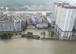 大陸「嘉陵江」洪峰過境略陽 河水倒灌淹街2.8萬人撤離