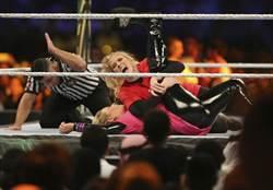 恐怖粉絲持刀夜闖 摔角女星險遭綁架