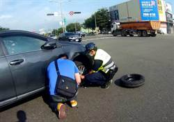 民眾車爆胎堵交通 中市警急速換胎紓解車流