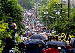 影》受夠反種族歧視每天示威 美警當街宣布不幹了:你們贏了
