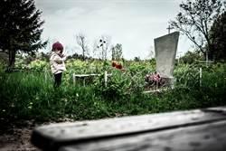 墓園監視器拍到小女孩半夜遊蕩 媽一看秒淚崩