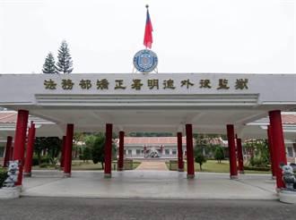 囚犯開車衝撞、警方開槍還擊 台南明德外役監受刑人逃獄