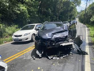 轎車爆胎失控直衝對向來車 車頭全毀2輕傷