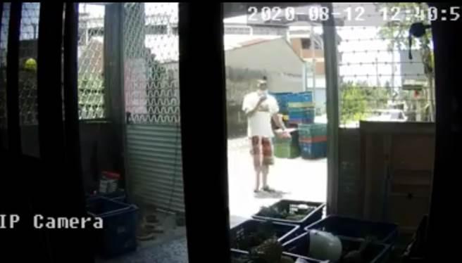 高齡75歲的阿嬤靠賣鳳梨維持生計,辛苦存了14萬,卻遭竊。(圖/翻攝自雲林人事物)