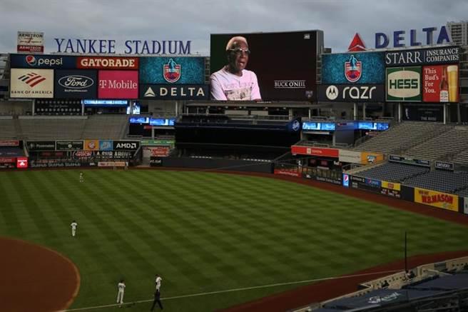 大聯盟賽前在大螢幕播放黑人大聯盟的紀念影片。(路透)