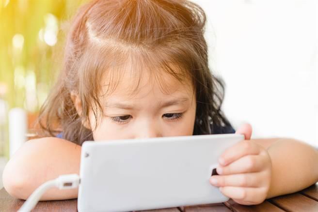 放暑假孩童待家裡玩3C產品,很容易近視度數飆升。(達志影像/shutterstock)