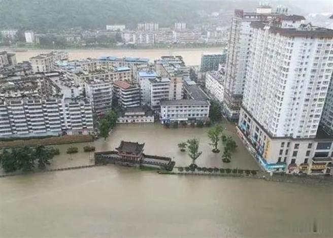 大陸「嘉陵江」洪峰過境略陽,河水倒灌淹街2.8萬人撤離。(東網)