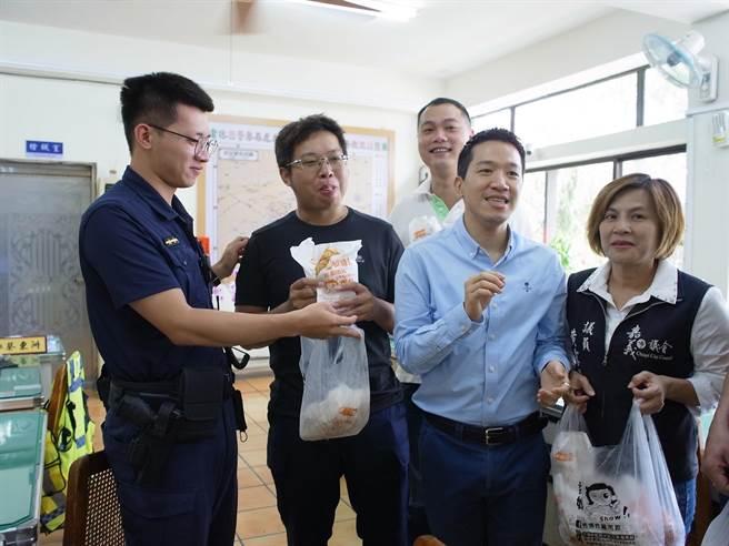 立委何志偉(右二)贈送雲林警方200份雞排,感謝破獲偽造3倍券。(張朝欣攝)