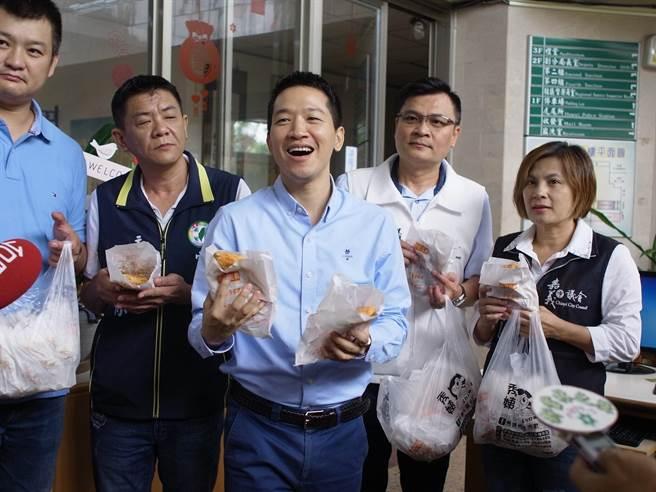 立委何志偉(右三)贈送雲林警方200份雞排,感謝破獲偽造3倍券。(張朝欣攝)