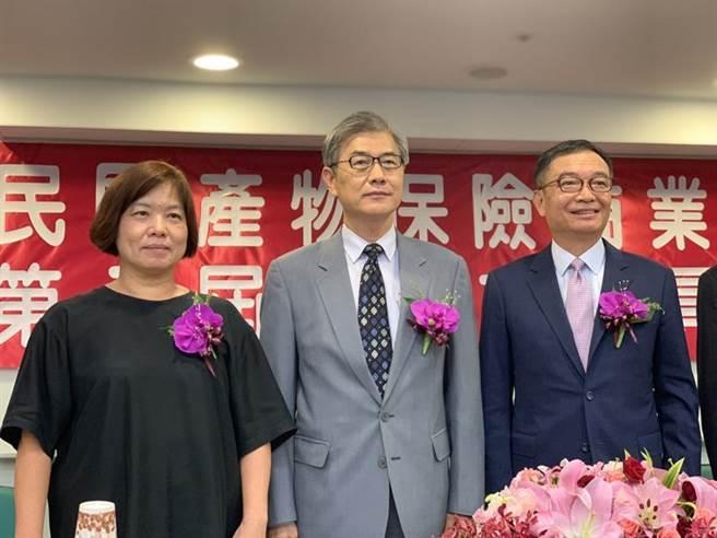 保險局長施瓊華(左1)表示已研究出可補貼無薪架的防疫保單架構。(圖/彭禎伶)