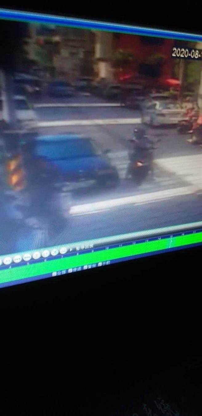 警方透過監視器畫面發現嫌犯在犯案時騎乘機車手持尖銳物,鎖定目標後就直接下手。(圖/翻攝畫面)