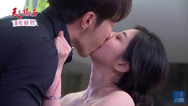 韓瑜脫衣和黃少祺激吻。(圖/翻攝自三立台劇YouTube)