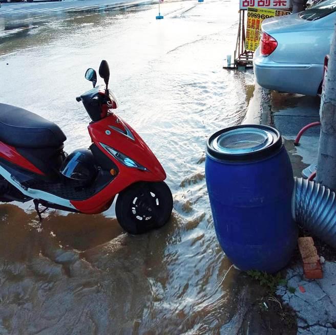大明路和永大街街口,大量泥水從地底溢出,自來水公司指是自來水管裂開,預計下午4點前修好。(翻攝自大里人聊天室/黃國峰台中傳真)