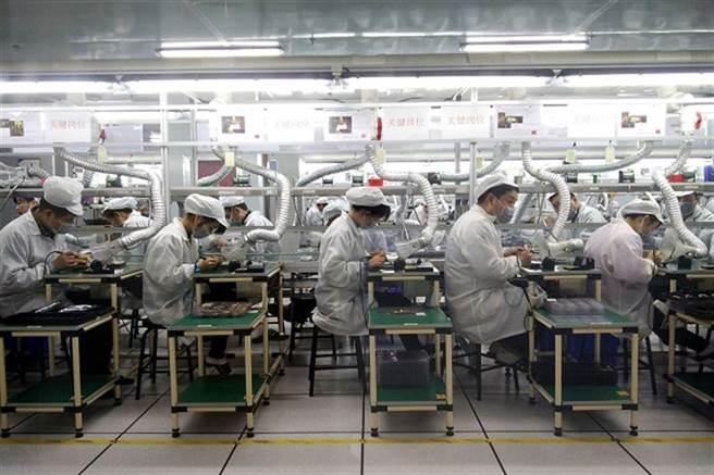 蘋果公司考察過大陸立訊精密一座工廠的設施狀況後,正考慮在越南組裝iPhone的可能性。(示意圖/中新社)