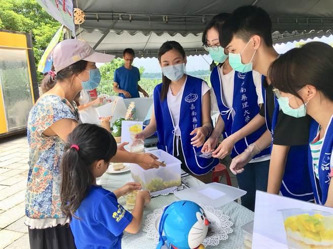 嘉藥攜手在地小農舉辦酪梨香緹蛋糕杯DIY活動獲得民眾熱烈回響。(嘉藥大學提供)