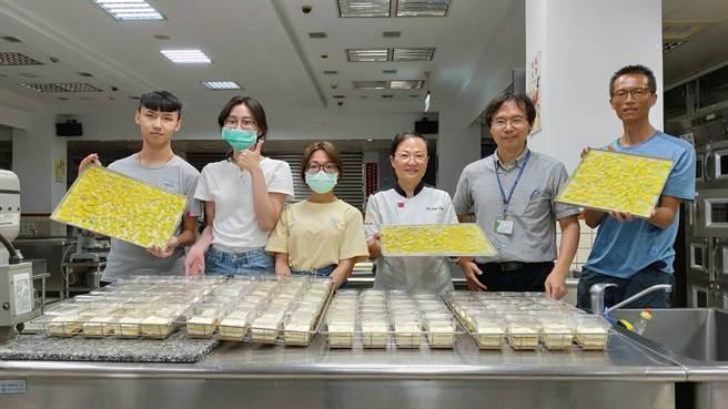 嘉藥孫靖玲(左三)及田孝威(左二)老師率領學生在校先行製作好DIY蛋糕食材。(嘉藥大學提供)