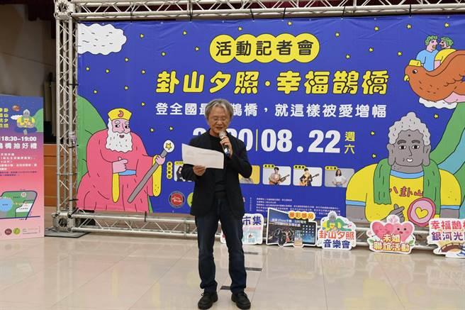 詩人路寒袖出席宣傳記者會,親自朗誦他創作的愛情詩《陪我,走過波麗路》。(謝瓊雲攝)