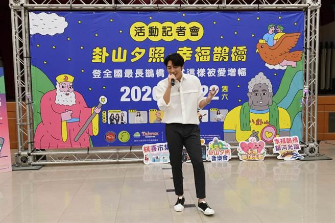 年輕藝人歌手黃昺翔為今年系列活動創作了一首主題歌《天空步道上許願》,現場獻唱,空氣中瞬間充滿粉紅泡泡、洋溢浪漫氣氛。。(謝瓊雲攝)
