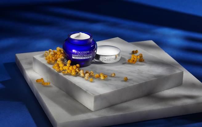 「蠟菊精華抗藍光晚安修護面膜」全面提升肌膚防禦力及修護力,把握細胞修復最活躍的黃金時間,於夜間修復外在侵襲因子造成的損傷,對抗過量藍光下自由基的傷害。(圖/品牌提供)