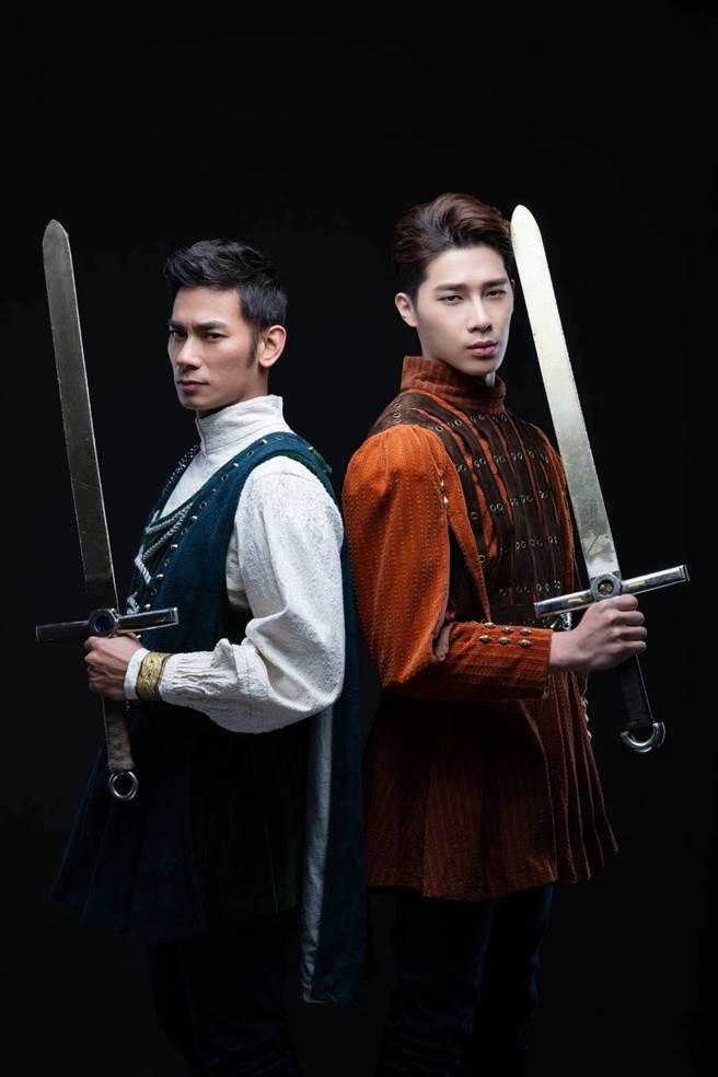 亮哲與宋偉恩飾演「莎姆雷特王子」一角。(亮棠文創提供)