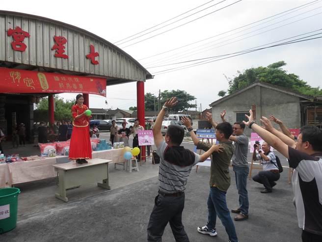 雲林縣水林鄉七星宮將舉辦「拋繡球未婚聯誼會」,10餘名男女先來練習接、拋繡球。(張朝欣攝)