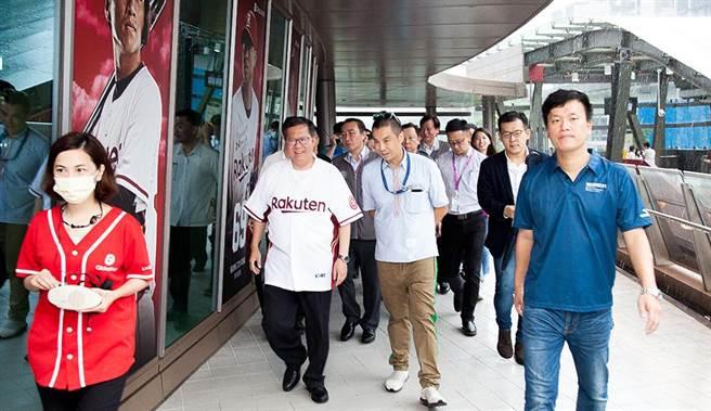 桃園市長鄭文燦親自體驗近期啟用串聯商場及球場的桃園A19空中通道。(Global Mall提供)