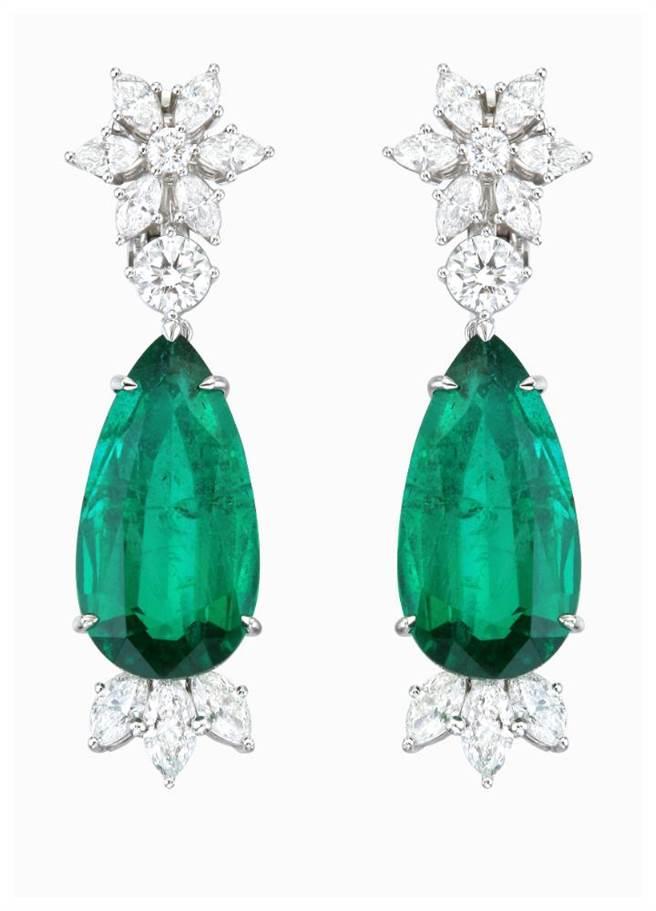 蕭邦祖母綠耳環,採用公平採礦18K白金,主石為11.66克拉和10.21克拉水滴型祖母綠,1714萬元。(CHOPARD提供)