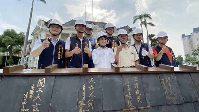 台中市長盧秀燕(前排左3)再度向民眾承諾,台中州廳修復後,仍會保留公署使用!(陳淑芬攝)