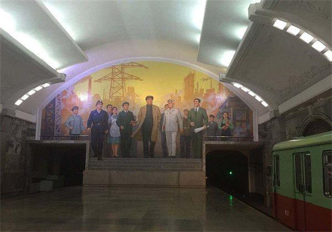 北韓平壤地鐵站是全球挖得最深的地鐵站,深達200米。站內裝飾模仿莫斯科地鐵,但建造的最主要功臣是北京。圖為平壤地點站內的前領導人金日成大型壁畫。(圖/網路)