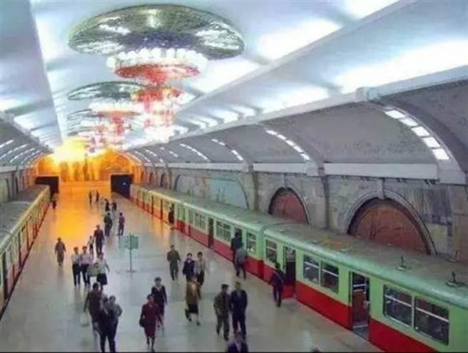 北韓平壤地鐵站的蘇聯風格裝飾,有大型吊燈與鑲嵌壁畫。但華麗與豪邁程度較莫斯科地鐵有相當距離。(圖/網路)