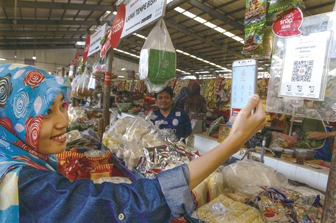 印尼传统市场购物使用数位支付愈趋普及。图/BKPM提供