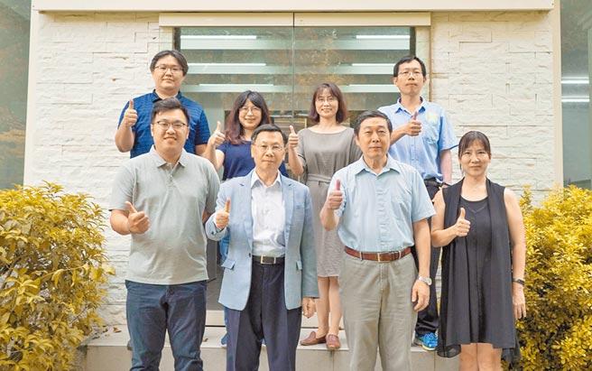 亞大校長蔡進發(前排左二)組成的研究團隊,結合大數據、人工智能與區塊鏈等技術,提出強腎鏈始創計畫,獲得4年科技部經費補助。(亞大提供/林欣儀台中傳真)