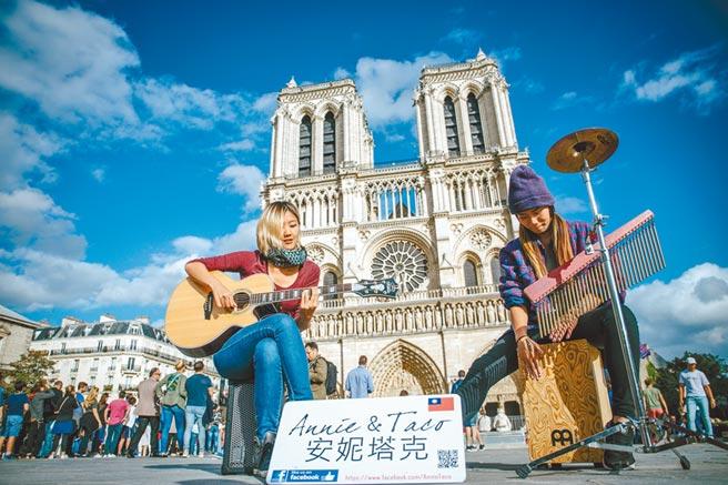台中市演唱双人组合「安妮塔克」,安妮(左)与塔克在防疫期间大多在家做直播累积人气。(照片李欣颖摄/陈淑芬台中传真)