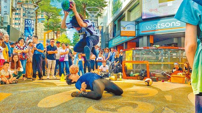 除了三倍券外,也有民眾會用藝FUN券打賞,對街頭藝人反而較有幫助。(摘自台北市街頭藝人官網)