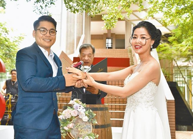 樹德科大校友劉士維(左)16日與胡珈禎共結連理,兩人在母校舉行婚禮。(林瑞益攝)
