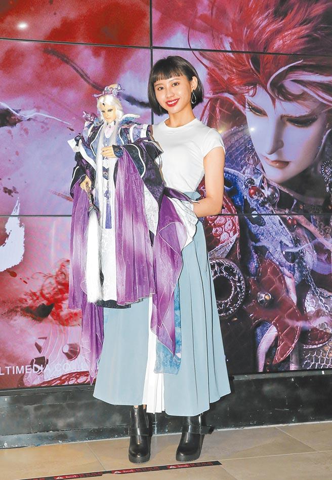 李芷婷為霹靂演唱片尾曲,昨也在現場體驗操控布袋戲偶。(盧禕祺攝)