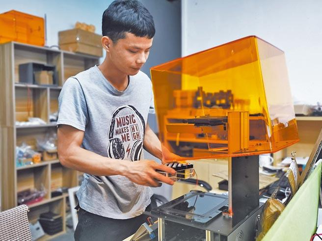 華煜是零壹共創孵化器孵化的「明星」企業之一。圖為該公司技術員組裝3D列印設備。(譚華健攝)