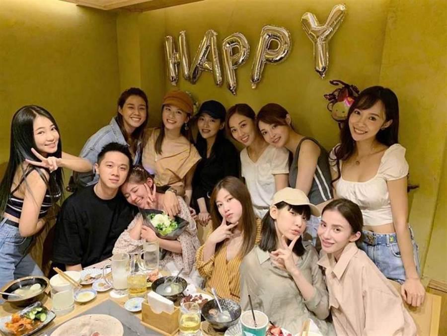去年阿峰精心籌備林萱瑜的生日趴,讓她感動落淚,也不避諱曬出熱吻照。(圖/翻攝自IG)