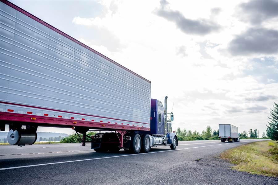 網友在高速公路上看到裝有精密儀器的貨櫃車(示意圖/達志影像)