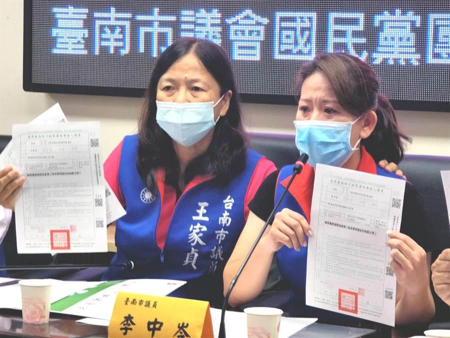 國民黨台南市議員李中岑(右)泣訴認真監督3倍券,擔心民眾權益受損,卻被綠營支持者謾罵。(洪榮志攝)