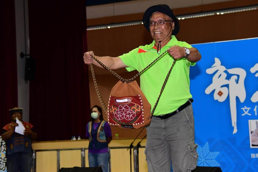 台東縣政府辦理文化健康站背包設計競賽,族人帶著自己的作品走秀。(莊哲權攝)