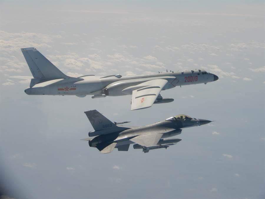 大陸轟6-k轟炸機飛越海峽中線或進入我方防識別區,我空軍F-16升空攔截並予以驅離。(圖/國防部提供)