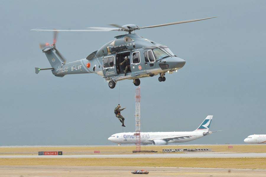 據英國《衛報》旗下的《觀察家報》(Obserber)15日引述國防部報導,指英國政府已下令軍方暫停為香港警察等機構提供訓練工作。圖為香港政府飛行服務隊進行救援演練。(中新社)
