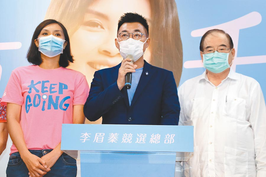 国民党主席江启臣(中)15日傍晚承认败选,并对外发表相关谈话。 (本报资料照片)