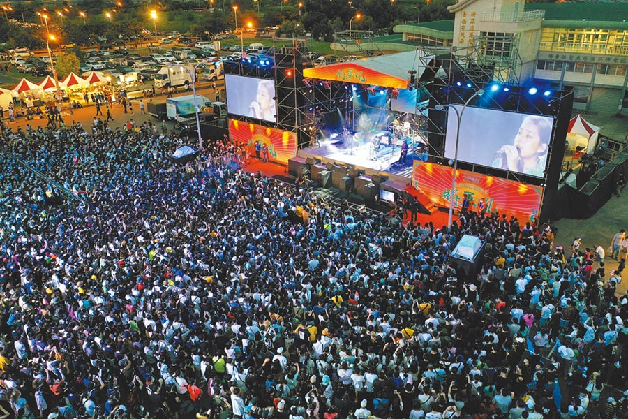 台南夏日音樂節「將軍吼」在後疫情時期逆勢操作,從1天延長到2天,人潮爆棚,拚觀光有成。(台南市政府觀光旅遊局提供/莊曜聰台南傳真)