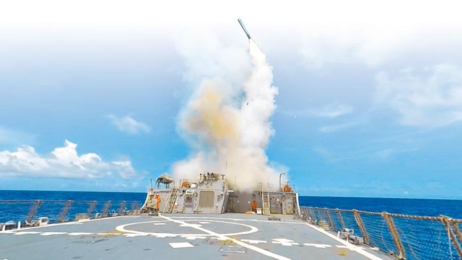 美軍伯克級飛彈驅逐艦發射戰斧巡弋飛彈。(取自美國海軍官網)
