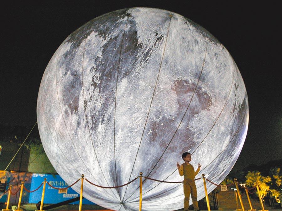 2015年中秋,南京北極閣廣場布置「超級月亮」景觀球供市民玩耍。(新華社)