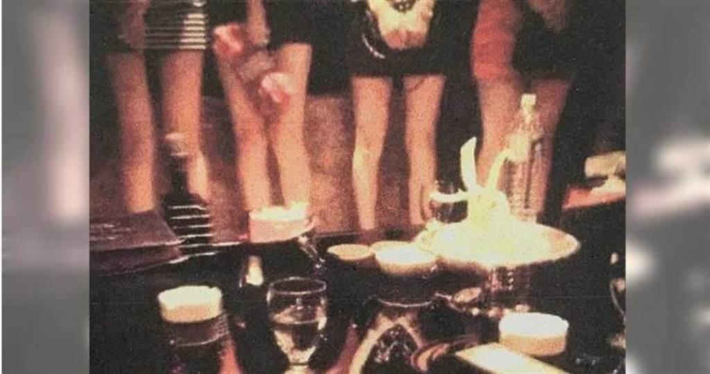 小吃店坐檯小姐與客人大玩骰子脫衣陪酒遊戲,負責人與經理、會計三人遭判刑7至10個月徒刑。(非事發示意圖/翻攝畫面)