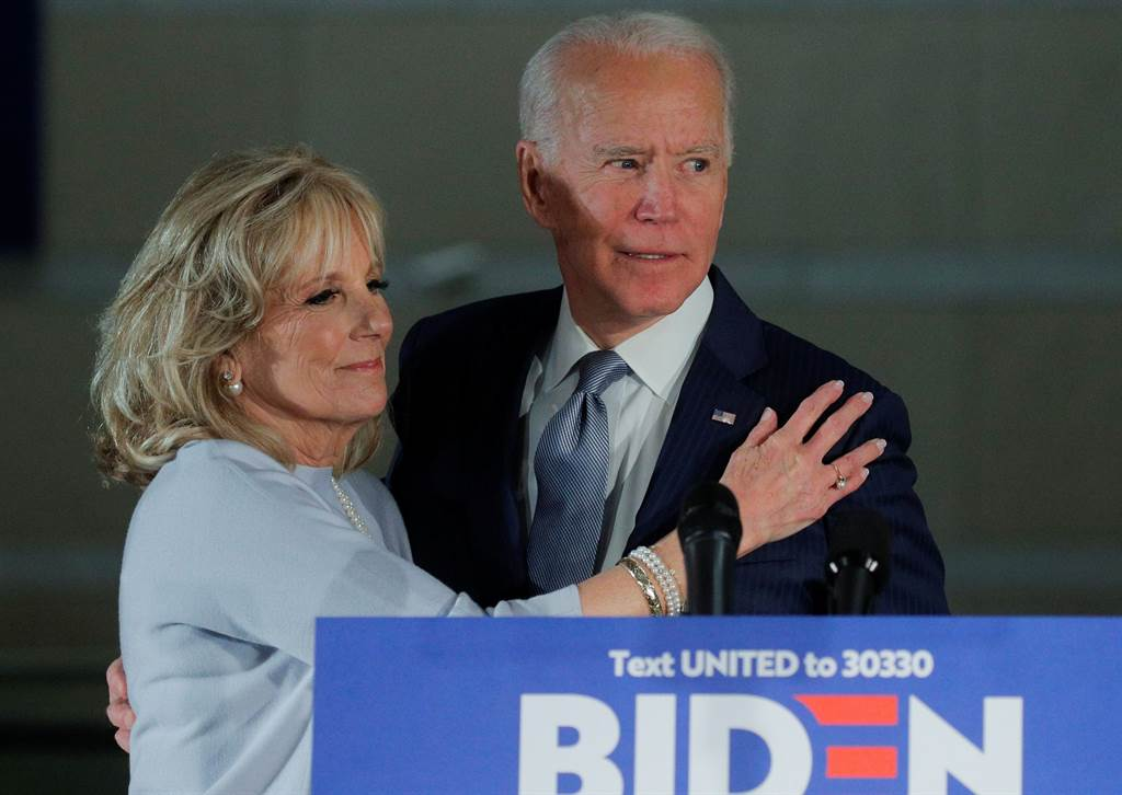 民主黨總統候選人拜登3月11日在賓州費城發表完初選談話後,妻子吉兒趨前擁抱的畫面。(路透)