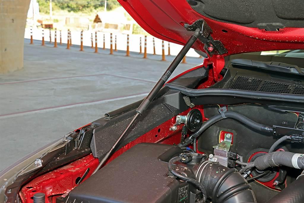 引擎室油壓桿同樣是選用配備。